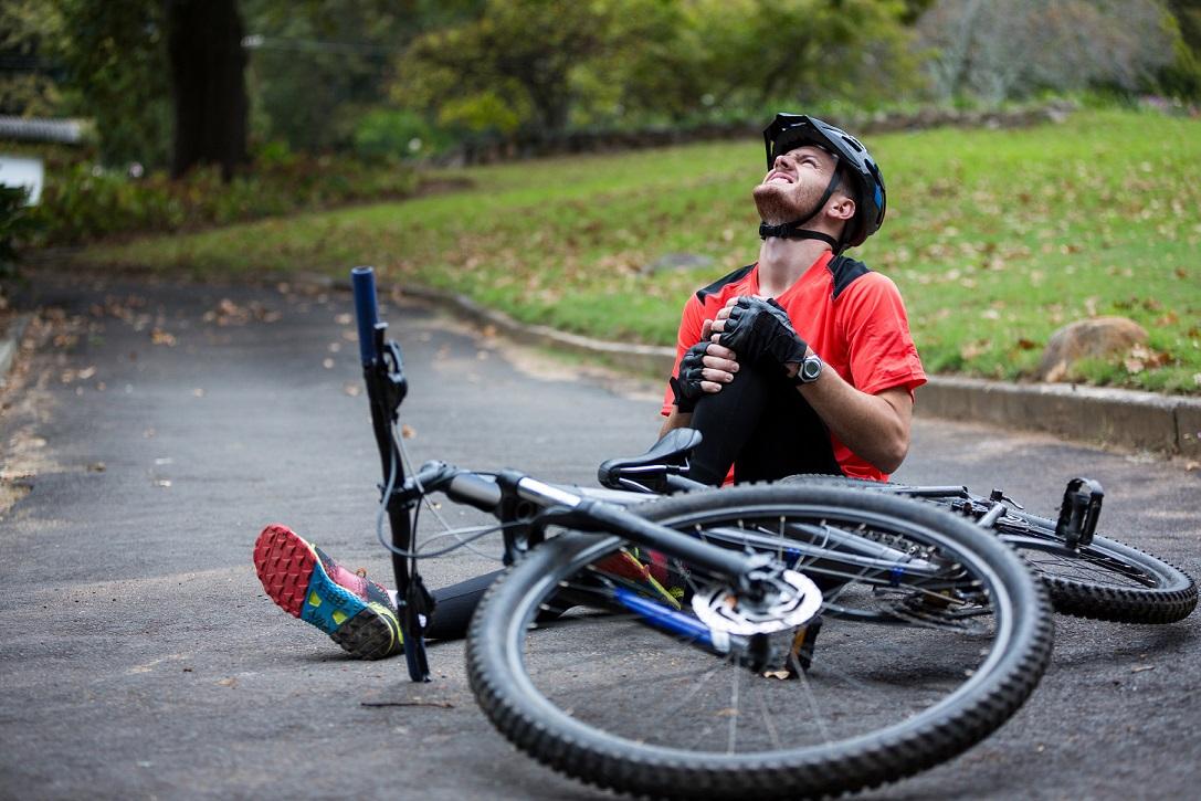 , Uwaga, rowerzysto! Co powinieneś zrobić, jeśli uderzysz w wybój na drodze?